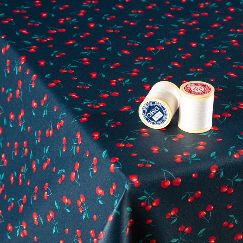 Tissu-coton-Enduit-bleu-marine-cerise